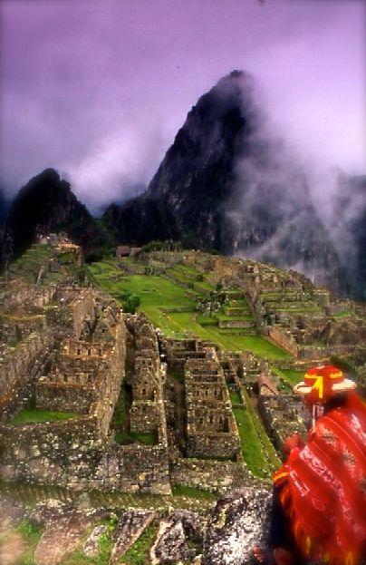 Hombra quechua en l antigua ciudad de Machupichu en Peru