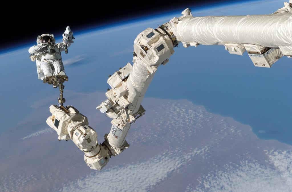 Astronauta Steve Robinson en el Canadarm